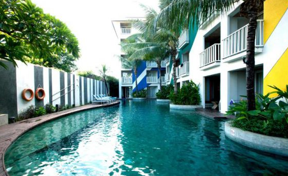 Bliss Surfer hotel at Legian swimming pool 2