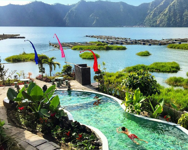 Lakeside Cottages Kintamani swimming pool man